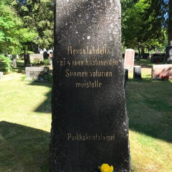 "Monument to the fallen soldiers of the Revonlahti battle: ""To the memory of the soldiers that fell in the battle on 27 April 1808. Local residents."""