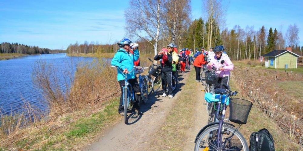 Cycling on the banks of the Pyhäjoki River in spring. Photo by Tiina Tiirola.