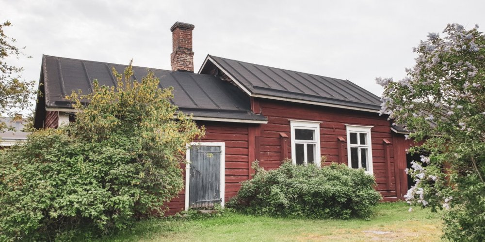 Old red log sauna at the Trade House of Lang in Old Town Raahe