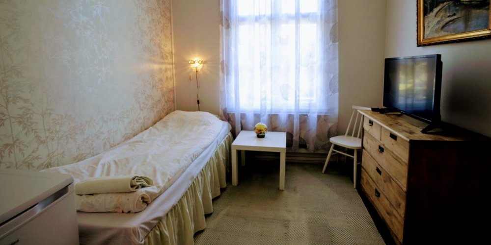 A room in the Wanhakulma accommodation building in Old Raahe.